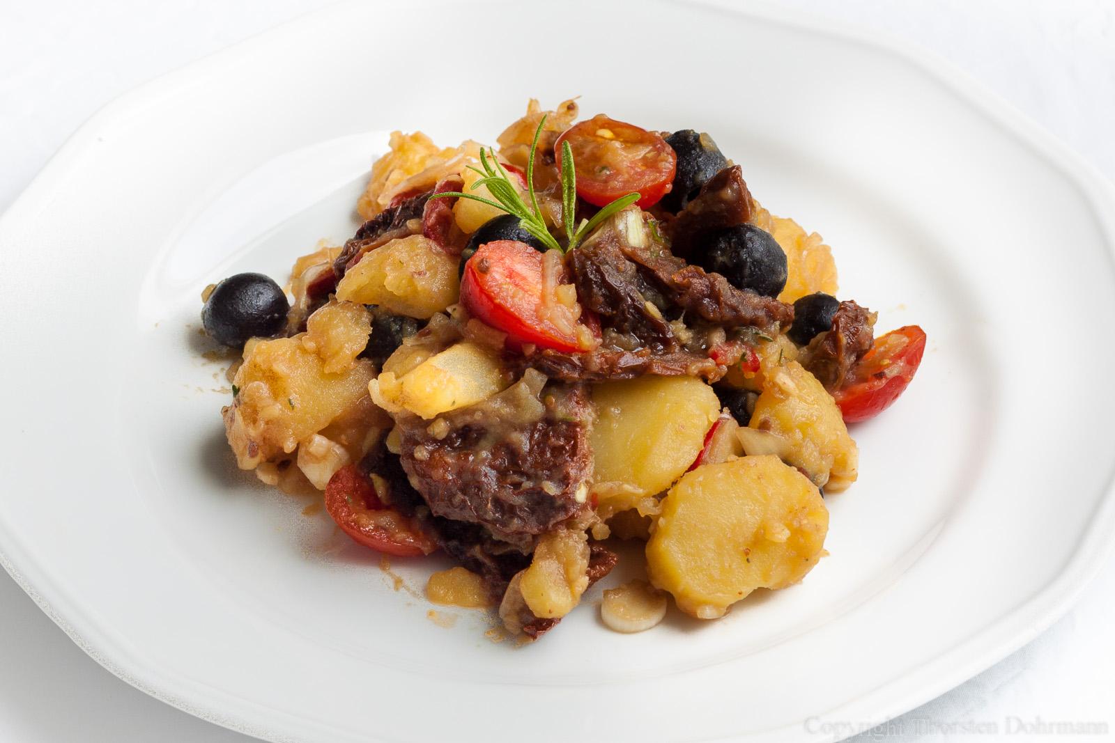Kartoffelsalat mit Oliven und getrockneten Tomaten