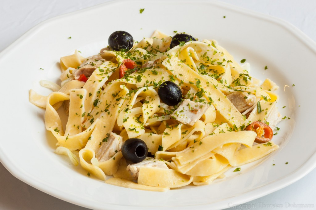 Tagliatelle mit Oliven, Pute und Chili